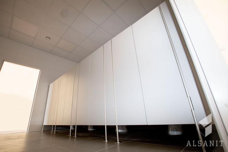 kabiny wc w łazience szkolnej