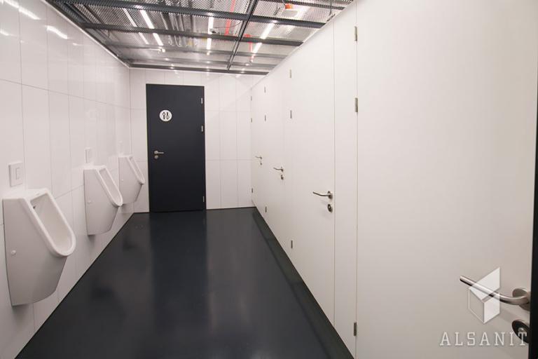kabiny WC podwieszone w biurowcu